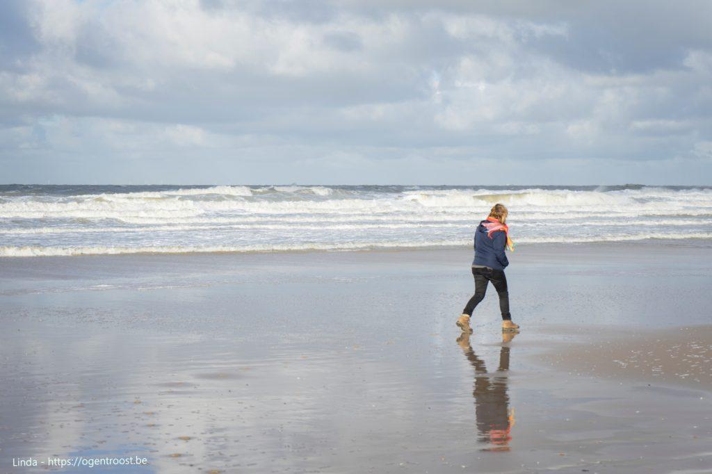 Wandelen langs het stille strand