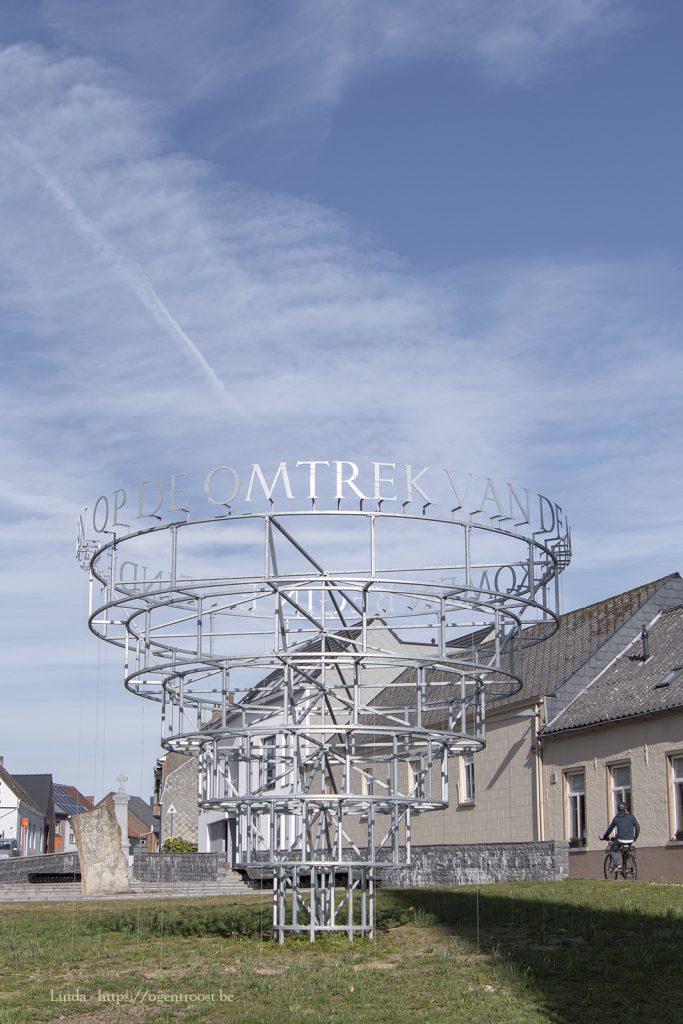 Hopmonument in Meldert: 'Op de omtrek van de aarde komen begin en einde samen' - kunstenaar: Jean Bernard Koeman